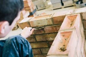 polski murarz w Londynie podczas pracy